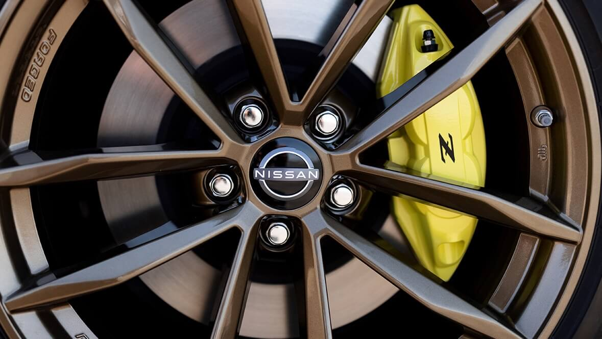 Up close on the new Nissan 400 z wheels and yellow brake calipers